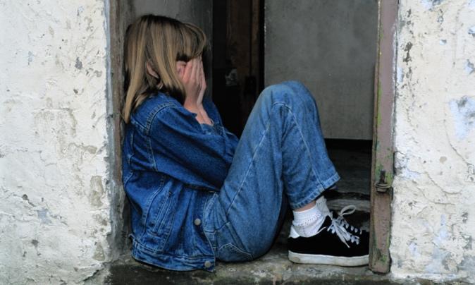 顔を隠して泣く女の子
