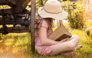 あぐらで本を読む女の子