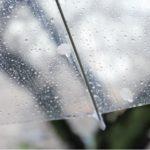 雨に濡れるビニール傘