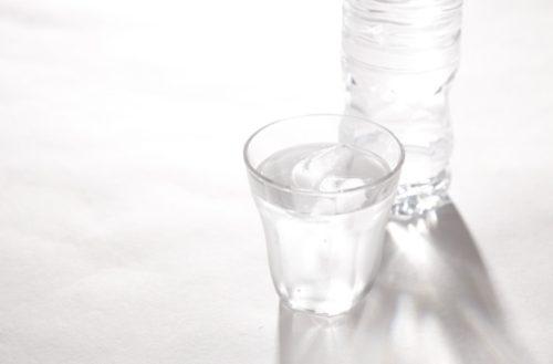 透明なコップと水