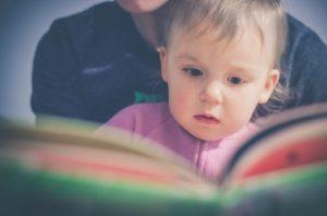 絵本を読んでもらう赤ちゃん