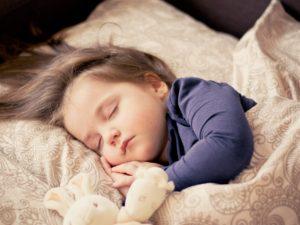 眠る女の子