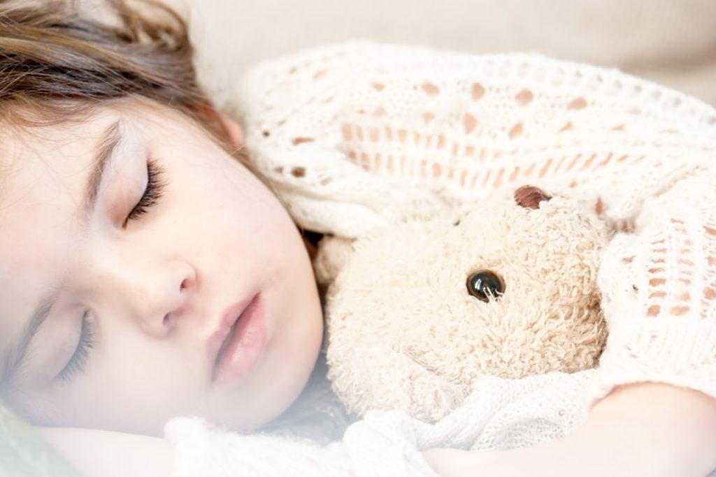 テディベアと寝る女の子