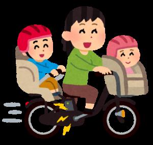 自転車に子供を乗せて走るお母さん
