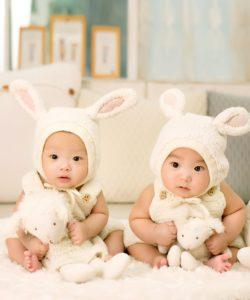 うさぎの衣装を着る2人の赤ちゃん