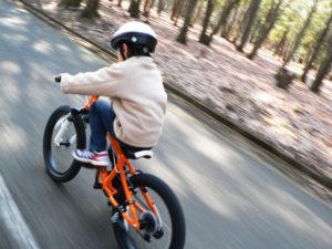 マウンテンバイクに乗る男の子