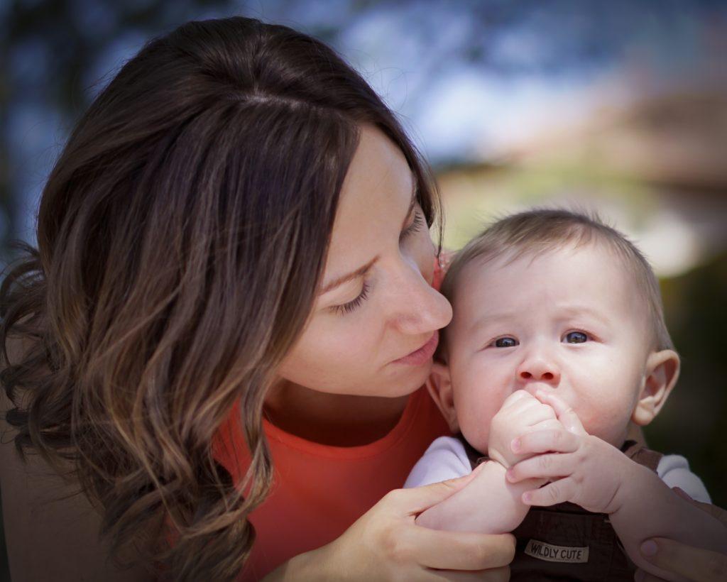赤ちゃんを心配する母親