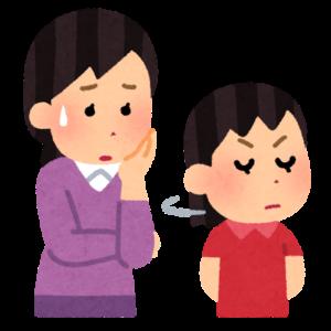 怒っている子供と困っているお母さん