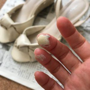 絵の具で汚れた指先