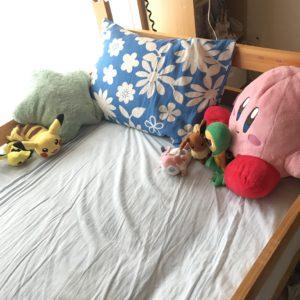 ベッドの上のぬいぐるみ
