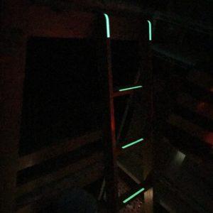 はしごに蓄光テープ