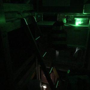暗い部屋で小さな明かりがついている